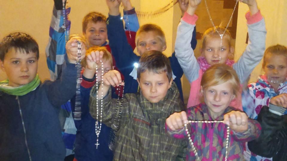 Różańcowa modlitwa skupiała także najmłodszych