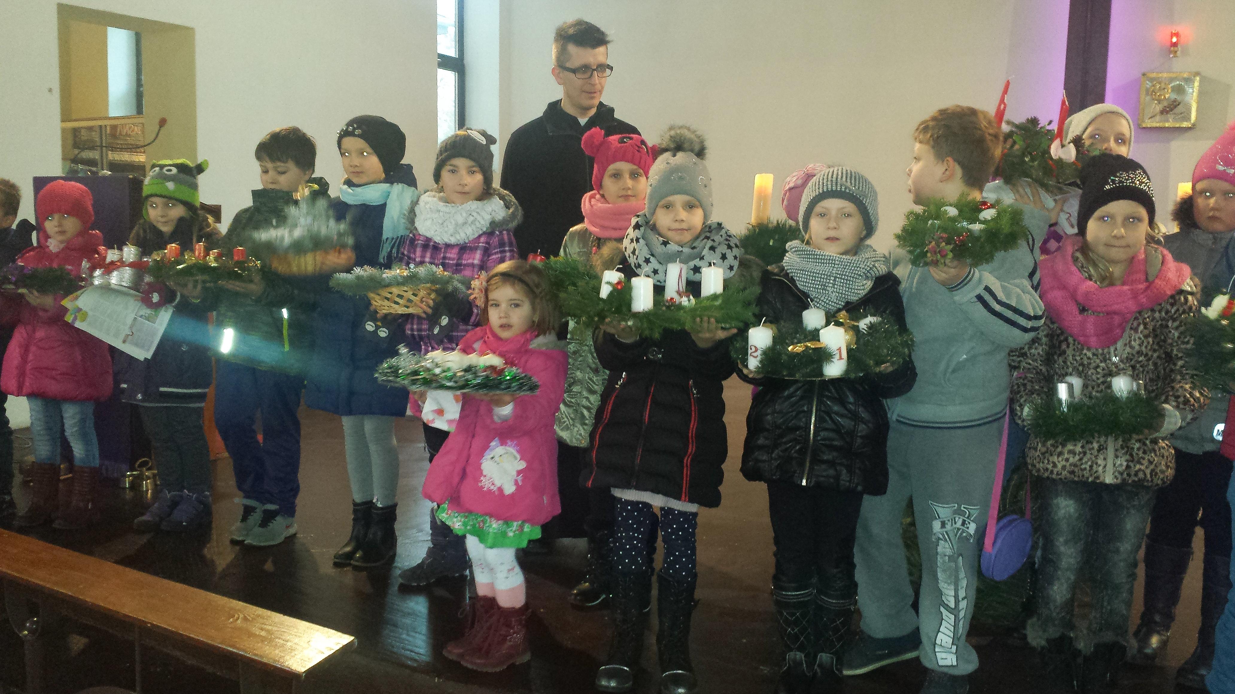 Adwent rozpoczęty. Dzieci zrobiły piękne wieńce....